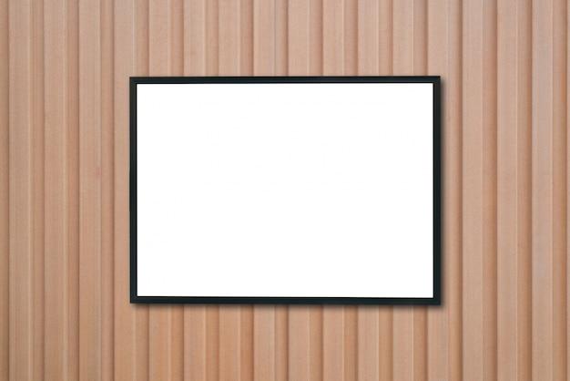 木の壁の空のポスターの額縁をモックアップしなさい。 無料写真