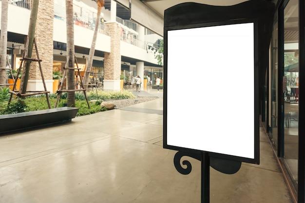 あなたのテキストメッセージのためのコピースペースを持つブランクサインまたは近代的なショッピングモールのコンテンツをモックアップ。 無料写真