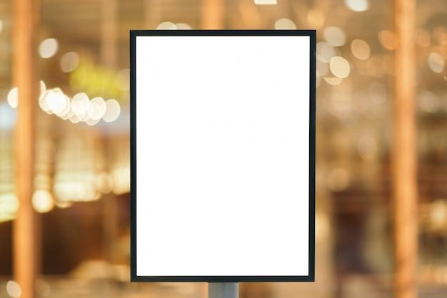 現代のショッピングモールでのテキストメッセージの空白記号。 Premium写真