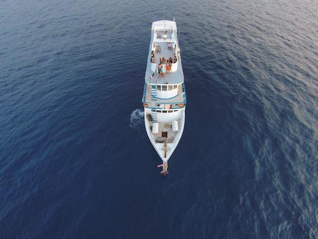 ロマンチックな白いヨットの自由の夕日 無料写真