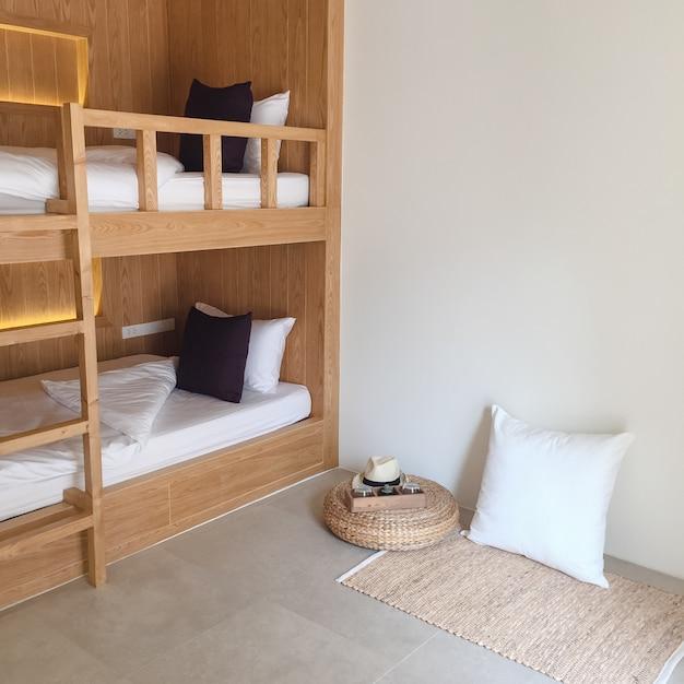 部屋の寮旅行若者の睡眠 無料写真
