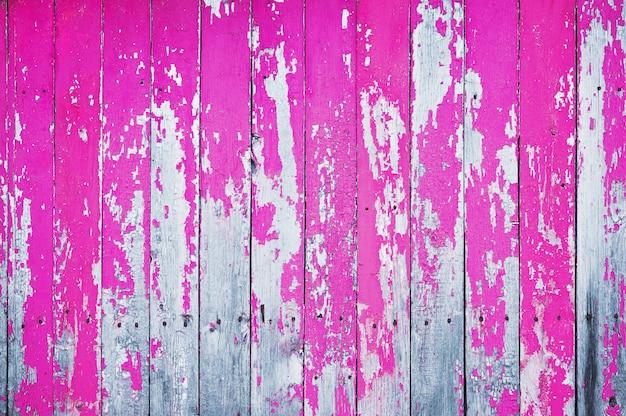 ピンクの塗料で描かれた古いひびの入った木製シールド Premium写真