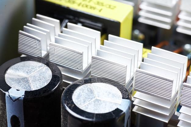 コンピューターボード上のマイクロチップ、コンデンサー、抵抗器 Premium写真