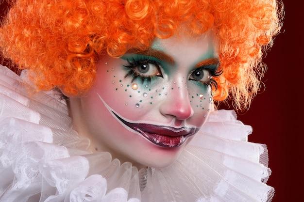 かわいい赤毛のピエロ。 Premium写真