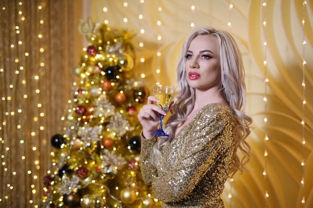 ゴールデンクリスマスセットで金髪の女性 Premium写真