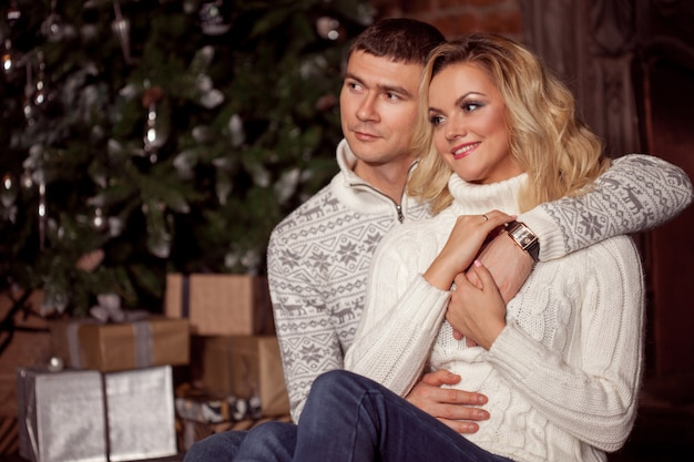 Молодая пара празднует новый год дома. Premium Фотографии