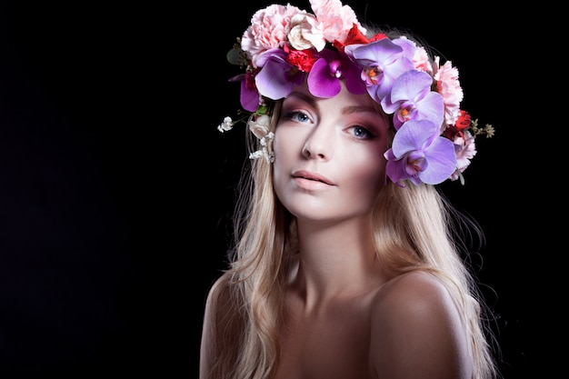 花の花輪の肖像若い美しい女性 Premium写真