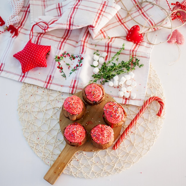 新年のお祝いのカップケーキ、テーブルの上のチョコレートのマフィン。上面図 Premium写真
