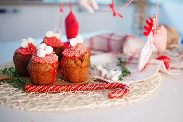 新年のお祝いカップケーキ、テーブルの上のチョコレートのマフィン Premium写真