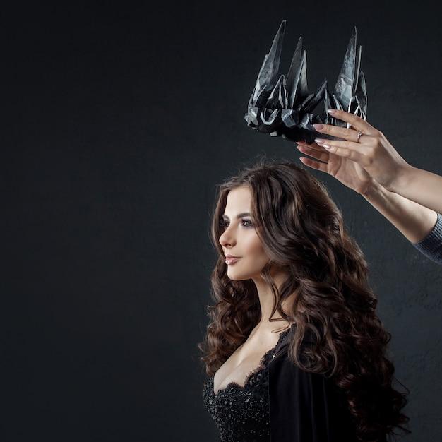 Коронация готической королевы. изображение на хэллоуин. Premium Фотографии