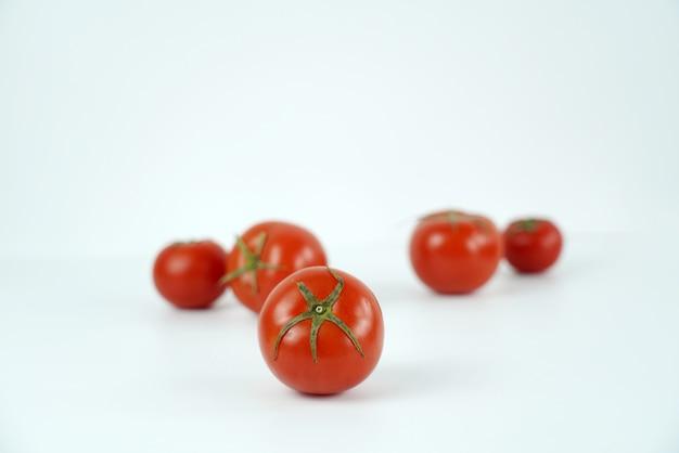 新鮮で栄養価の高いトマト Premium写真