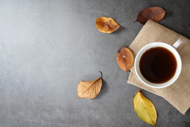 Коричневые жареные кофейные зерна и кофейная чашка Premium Фотографии