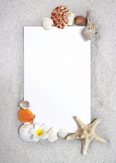 Рамка морских существ на песке Premium Фотографии