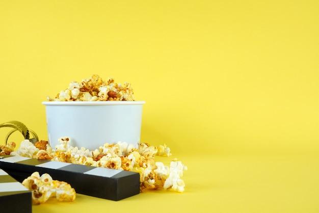 映画セッションのバケツに入れたポップコーン Premium写真