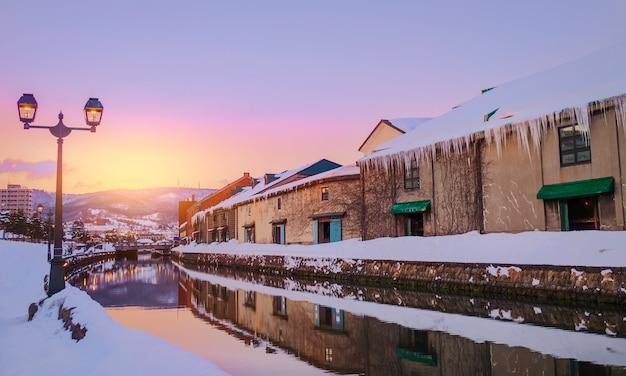 Вид отару канел в зимний сезон с закатом, хоккайдо - япония. Premium Фотографии