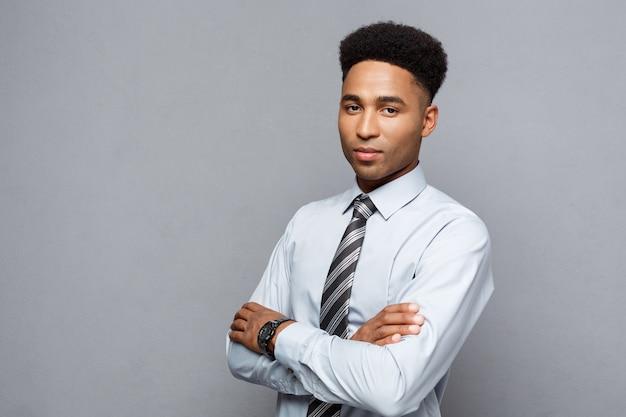 幸せなプロのアフリカ系アメリカ人実業家自信を持って腕を組んで。 Premium写真