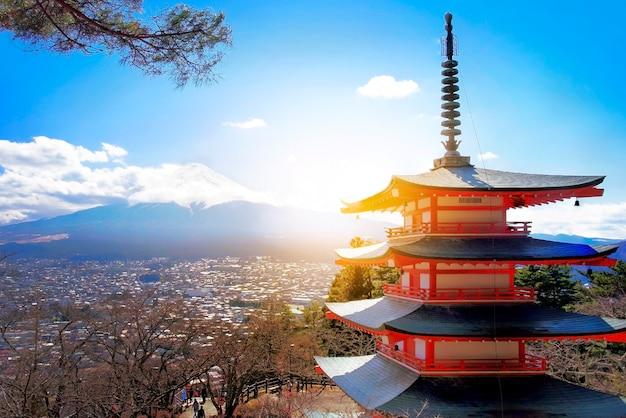 富士山富士吉田、冬に赤い塔を持つ富士 無料写真