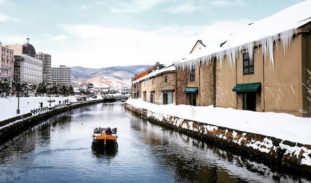 Вид отару канел в зимний сезон с фирменным туристическим кораблем, хоккайдо - япония. Бесплатные Фотографии