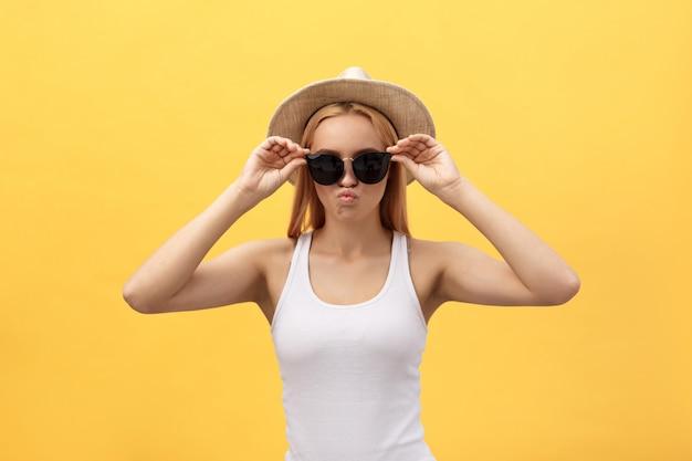 カメラを見て笑って肖像若い美しい魅力的なブロンドの女の子を閉じる Premium写真