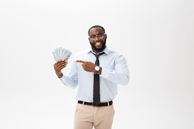 陽気な黒人実業家を保持していると白で隔離されるお金で指しています。 Premium写真