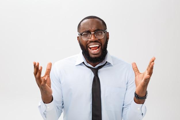 怒りと怒りで叫んで絶望的な腹が立つ黒人男性の肖像画 Premium写真