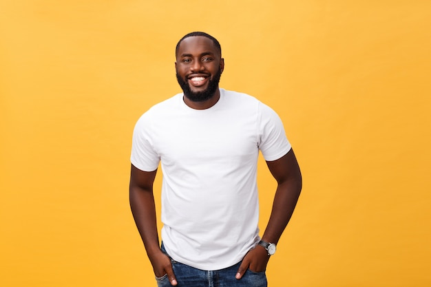 肯定的な笑顔で喜んでいるアフリカ系アメリカ人男性の肖像画 Premium写真