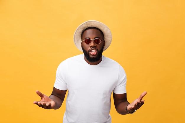 Афро-американский мужчина носить белую футболку кричать и кричать громко в сторону с рукой на рот. Premium Фотографии