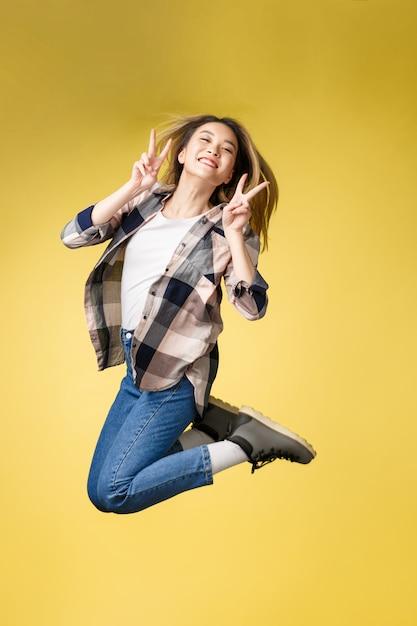 かなり不注意な成功の縦のフルレングスのボディサイズのスタジオ写真の肖像画 Premium写真