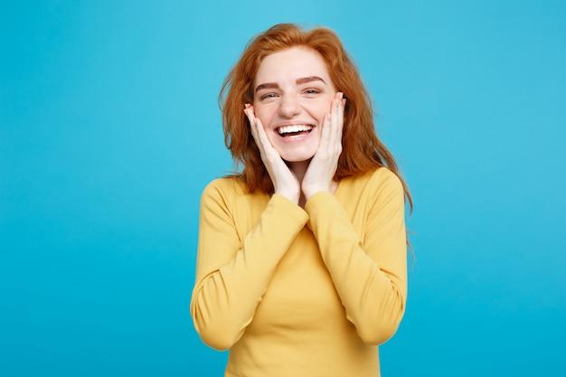 Концепция образа жизни - портрет веселый счастливый рыжий рыжий волосы девушка с радостной и захватывающей улыбкой на камеру. изолированные на фоне голубой пастель. копирование пространства. Premium Фотографии