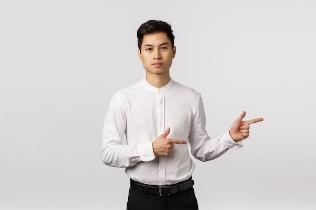 フォーマルな服装、シャツ、ズボンを着た真面目で生意気でハンサムなアジアの千年男 Premium写真