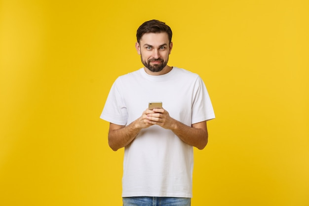 分離された電話で話している深刻な男の肖像。 Premium写真