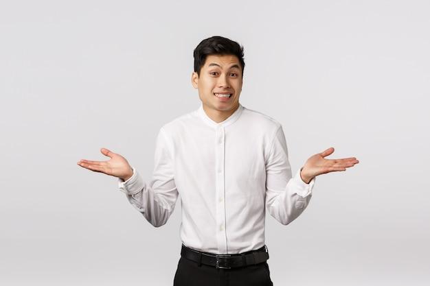 Веселый улыбающийся азиатский молодой предприниматель с белой рубашкой Premium Фотографии