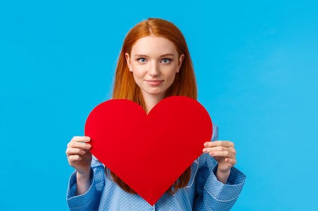バレンタインデーのコンセプトです。自信と大胆なかわいい赤毛の女性 Premium写真