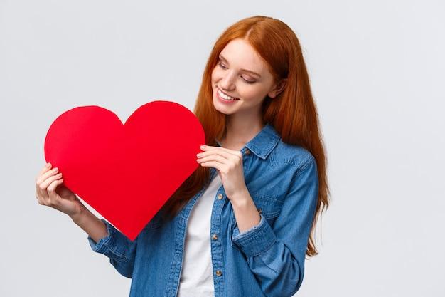 バレンタインの日、同情と関係の概念。素敵な創造的なかわいい赤毛の女の子 Premium写真