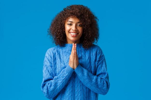 Благодарная милая улыбающаяся афроамериканская красотка с прической афро Premium Фотографии