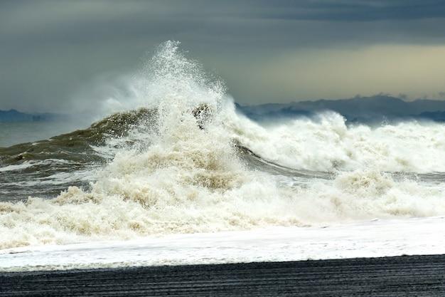 Морская волна с пеной и брызгами во время шторма. Premium Фотографии