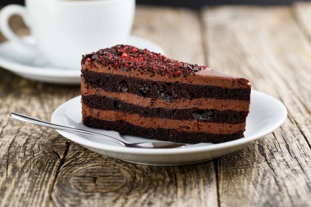 お祝いのための木製のテーブルに美味しいベジタリアンチョコレートデザート Premium写真