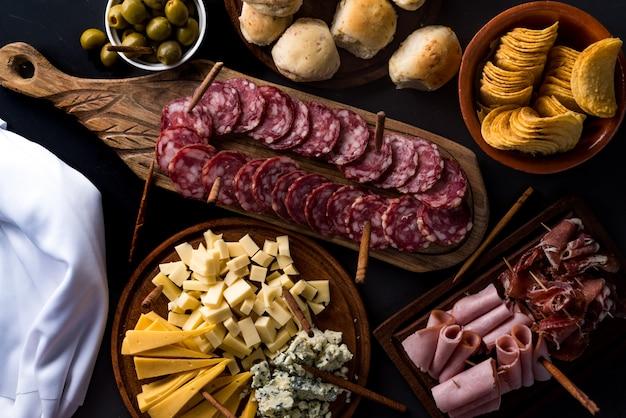 チーズとコールドカットのテーブル Premium写真