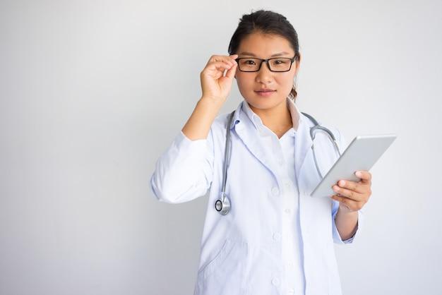 内容若い、アジア人、女性、医者、タブレット、コンピュータ、 無料写真