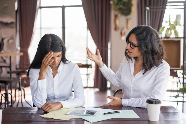 Разочарованная деловая женщина, ругающая коллега. Бесплатные Фотографии