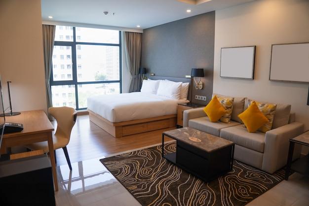 ベッドルームとリビングスペースが備わるモダンなスタジオアパートメントです。 無料写真