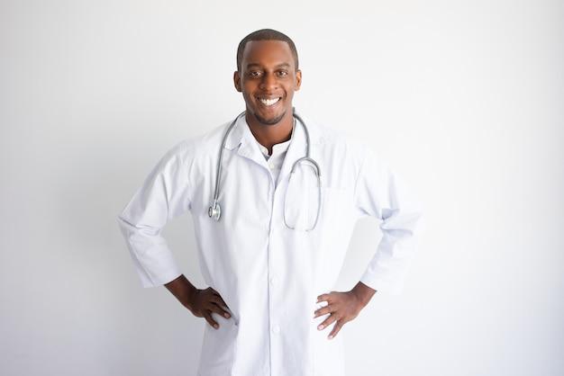 美しい若い黒人の男性医者に笑いをかける。医学の概念。 無料写真
