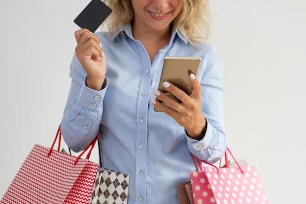 買い物に行く間、笑顔の女性読書のクローズアップ 無料写真