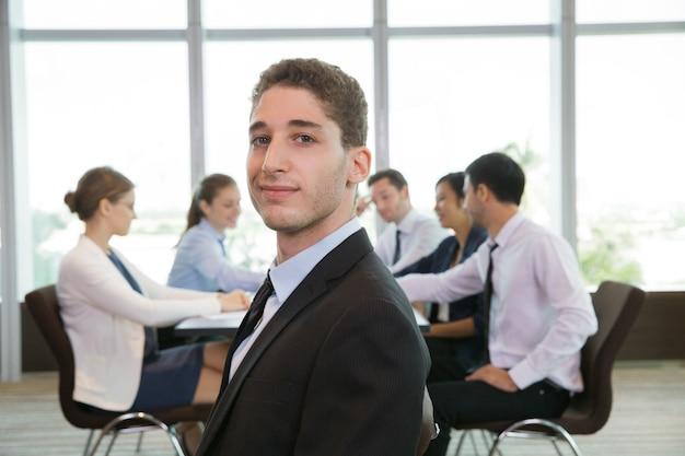 自信を持って男性ビジネスリーダーの肖像 無料写真