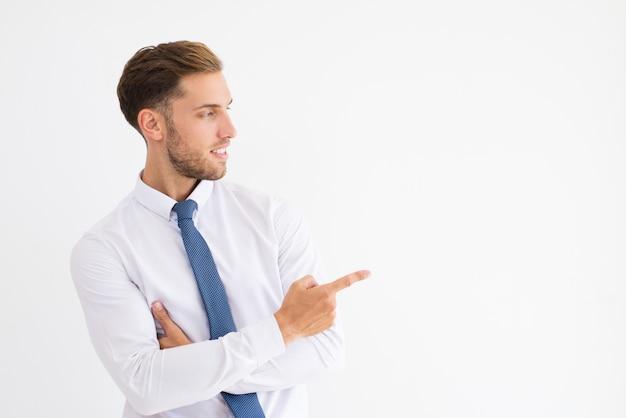 Положительный деловой человек, указывая пальцем в сторону Бесплатные Фотографии