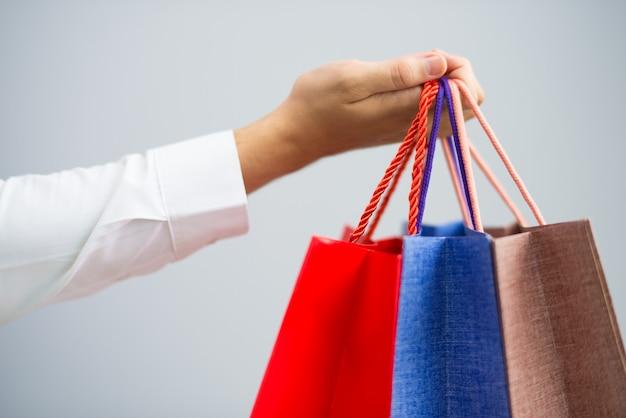 買い物袋を持っている男性のクローズアップ 無料写真