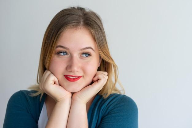 赤い唇で笑顔の笑顔の女の子の拡大 無料写真