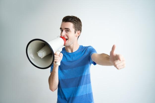 メガホンで話して、あなたを指差している興奮した男 無料写真
