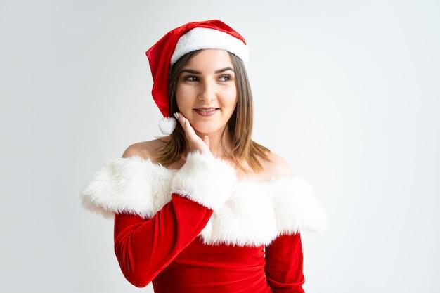 サンタクロースの服装の顔に触れる女性の肖像 無料写真