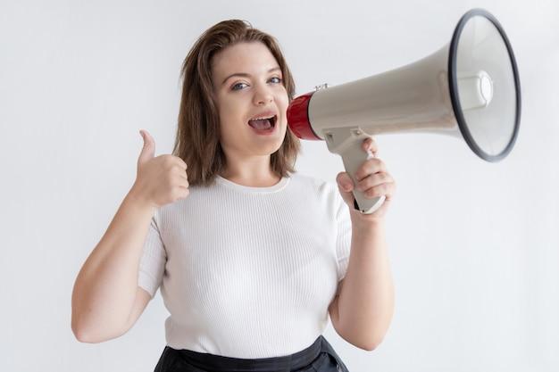 かなり若いマーケティングマネージャーがラウドスピーカーに叫ぶ 無料写真